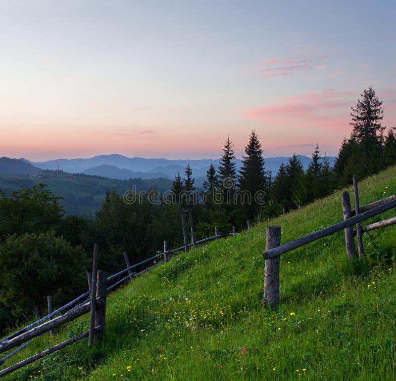 Vroege ochtend in de bergen stock afbeelding