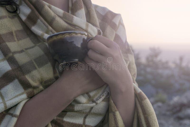 Vroege ochtend in de bergen, de koffie en de plaid stock foto's