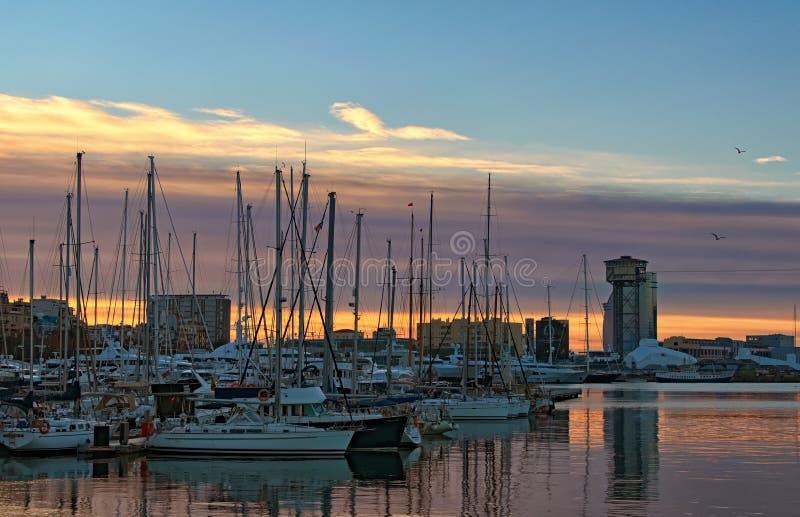 Vroege ochtend in haven in Barcelona Jachten die in haven worden vastgelegd stock afbeeldingen