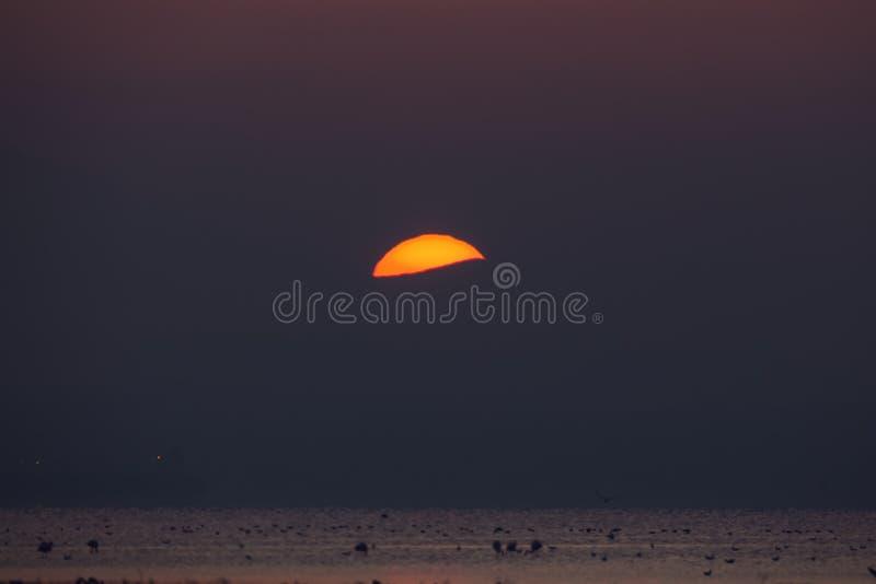Vroege ochtend, magische zonsopgang over overzees stock afbeelding