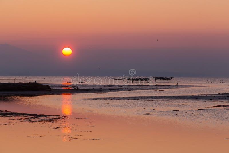 Vroege ochtend, magische zonsopgang over overzees royalty-vrije stock foto's