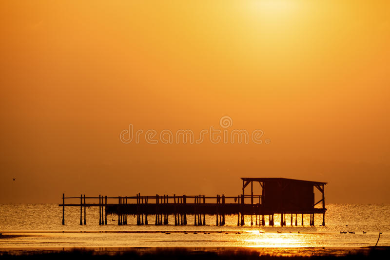 Vroege ochtend, magische zonsopgang over overzees stock afbeeldingen
