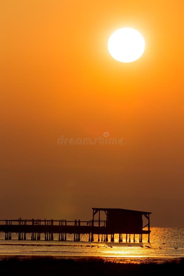 Vroege ochtend, magische zonsopgang over overzees stock foto's