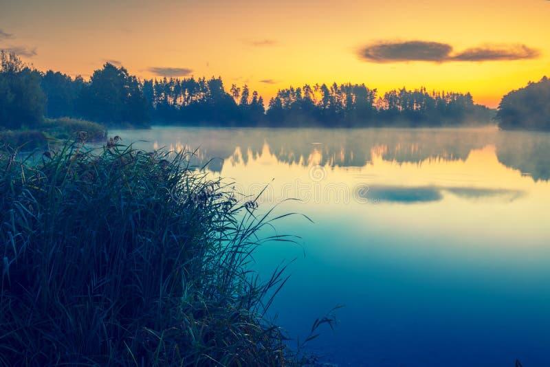 Vroege ochtend Nevelige dageraad over het meer royalty-vrije stock afbeelding
