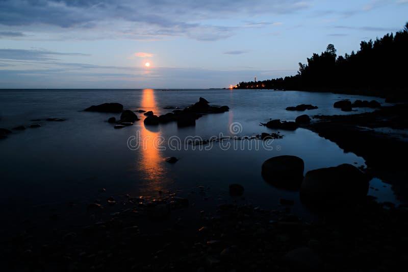 Vroege ochtend op de kust van Meer Ladoga royalty-vrije stock foto