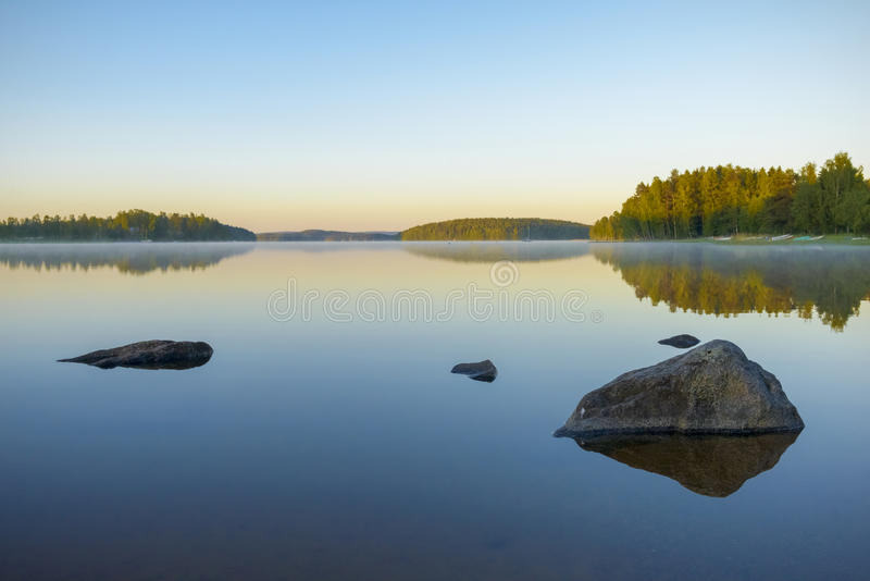 Vroege ochtend op het meer stock foto