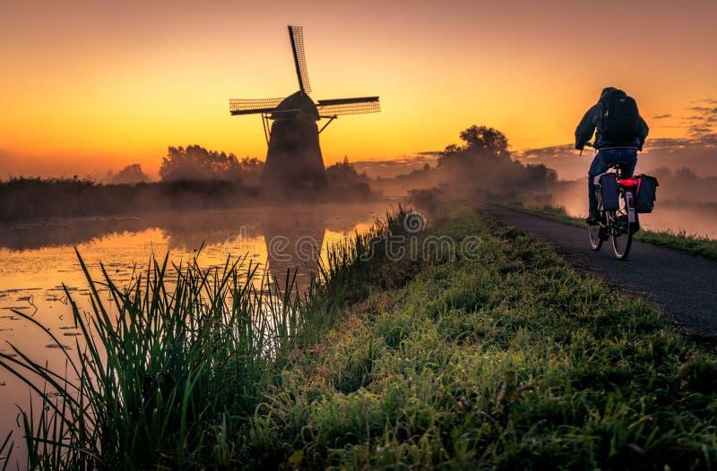 Vroege ochtend vóór zonsopgang in de polder royalty-vrije stock afbeeldingen