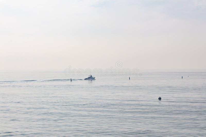 Vroege ochtend vissersboot van de kust van Santa Monica CA royalty-vrije stock foto's