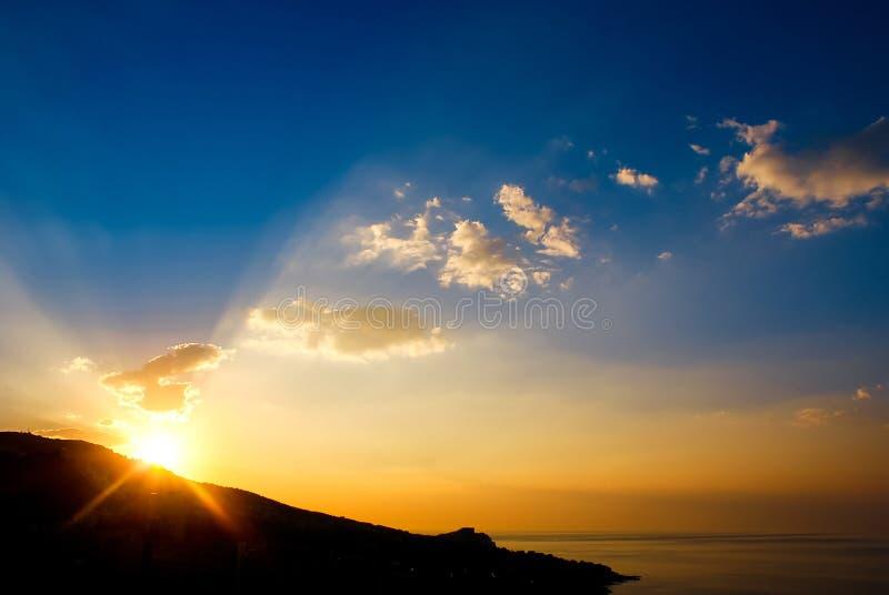 Vroege ochtend, zonsopgang over berg Schilderachtige mening van mooie zonsopgang in de Zwarte Zee Gouden overzees zonsopganglands stock fotografie