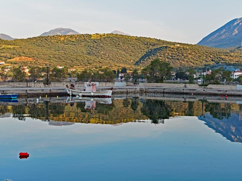 Vroege Ochtendbezinningen in nog Golf van Corinth-Water, Griekenland royalty-vrije stock afbeeldingen