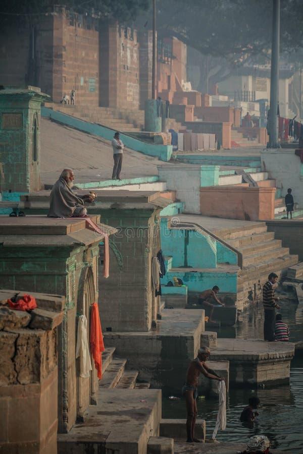 Vroege ochtendmeditatie en het baden op ganga ghats in Varanasi, Uttar Pradesh, India stock foto's