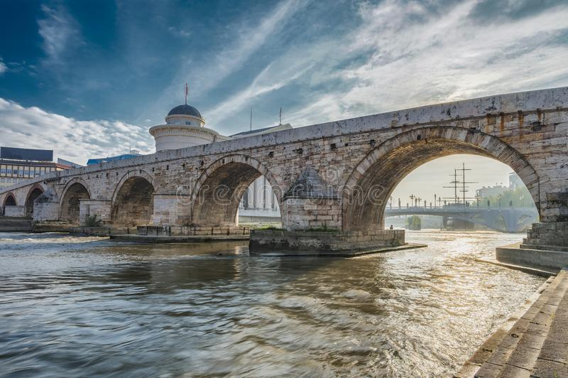 Vroege ochtendmening van Steenbrug in Skopje stock fotografie