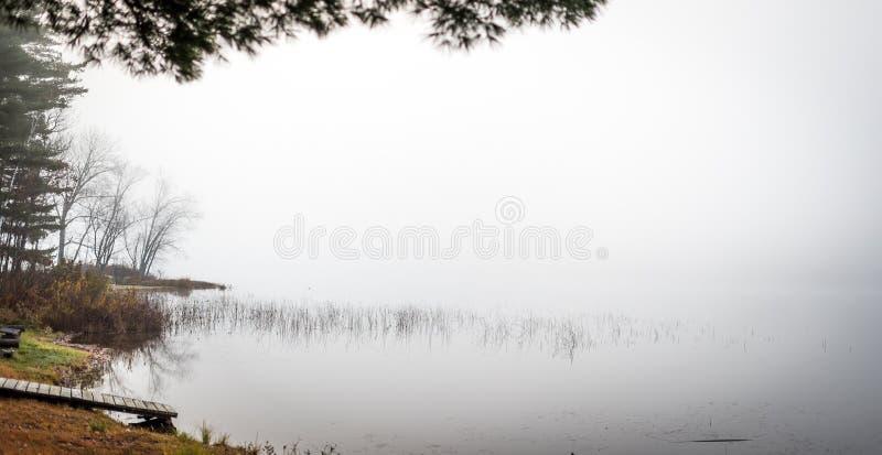 Vroege ochtendmist op een meer dichtbij Ottawa, Ontario stock afbeelding