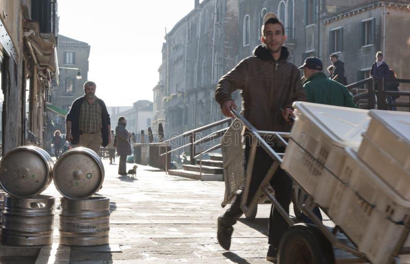 Vroege ochtendrituelen op de straten van Cannareggio stock fotografie