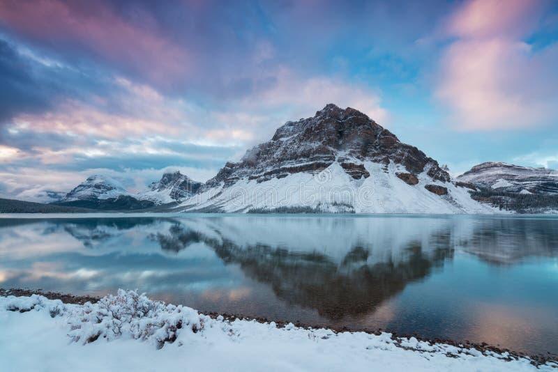Vroege ochtendzonsopgang bij de van de Boogmeer en Ranonkel berg Het Meer van de boog is een klein meer in westelijke Alberta, Ca stock foto's
