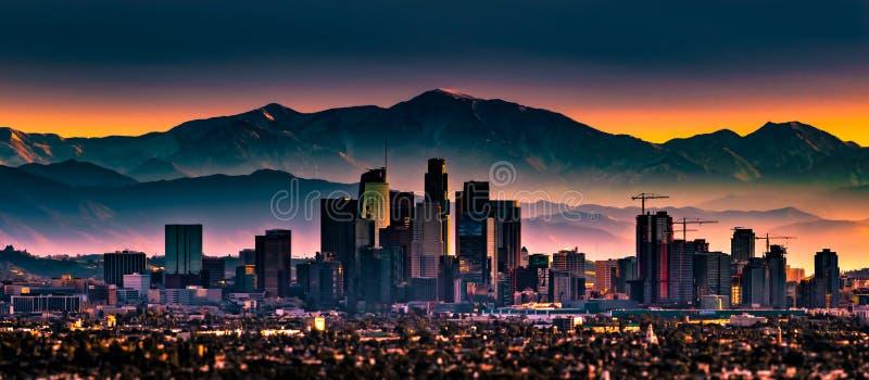 Vroege ochtendzonsopgang die Los Angeles van de binnenstad overzien stock fotografie