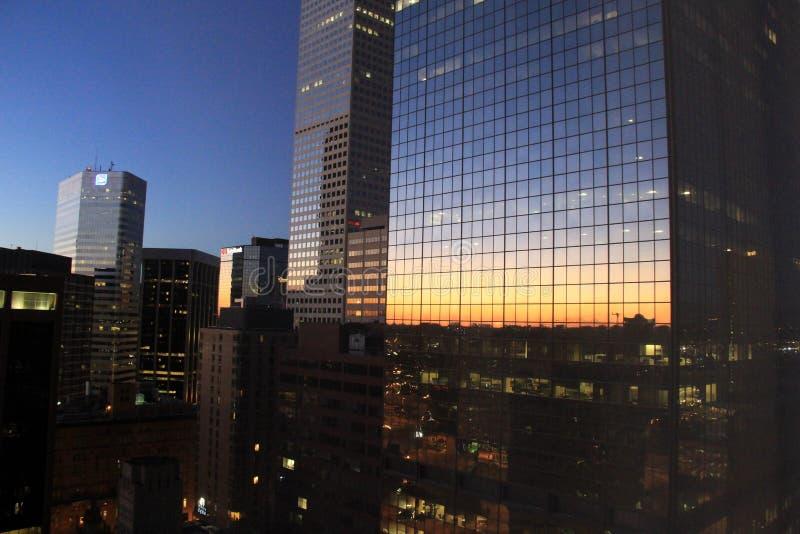 Vroege ochtendzonsopgang, die in vensters van de gebouwen van de binnenstad, Denver, Colorado, 2015 nadenken stock fotografie