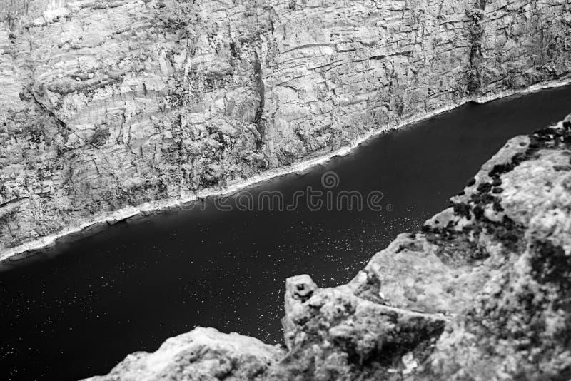 Vroegere die steengroeve Mala Amerika met lagune dichtbij Tsjechisch dorp van Morina in de zomer zonnige zonsondergang wordt geno royalty-vrije stock foto