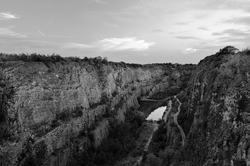 Vroegere die steengroeve Velka Amerika met lagune dichtbij Tsjechisch dorp van Morina in de zomeravond op 07 augustus 2018 wordt  stock foto's