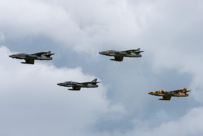 Vroegere Swiss Air-Krachtventer Hunter T 68 hb-RVW die een vorming van vier Venter Hunters leiden stock fotografie