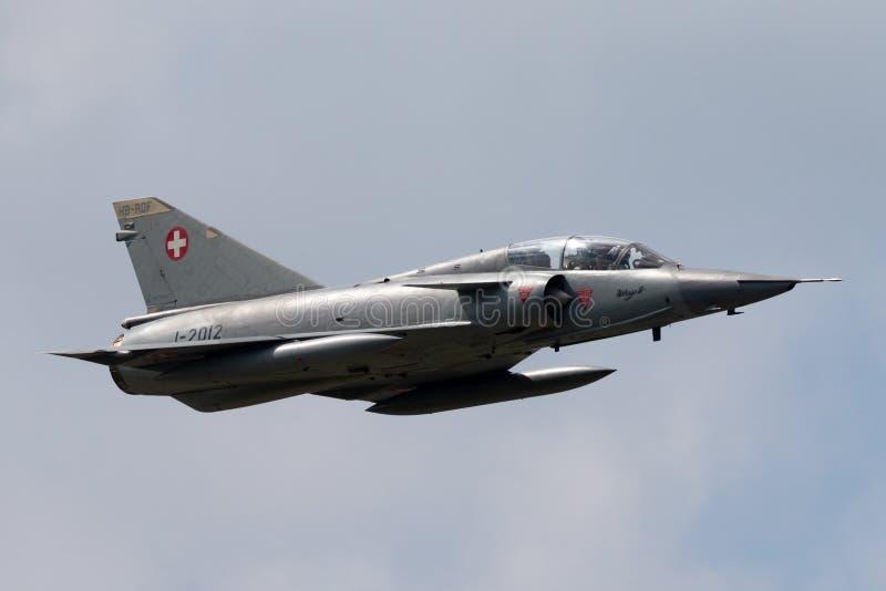 Vroegere Swiss Air-Luchtspiegeling III vechtersvliegtuigen j-2012 van Krachtdassault hb-RDF die in vorming met een Venter Hunter  stock foto's