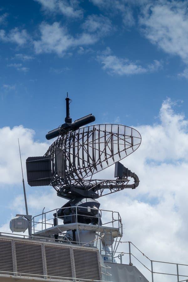Vroegtijdige waarschuwingradar opgezet op grijs fregat stock foto's