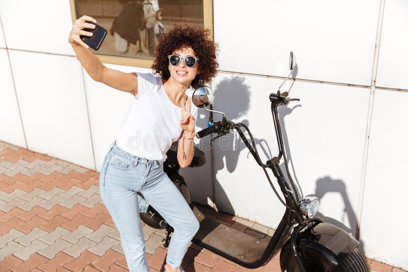 Vrolijk aantrekkelijk meisje in zonnebril die een selfie nemen royalty-vrije stock foto