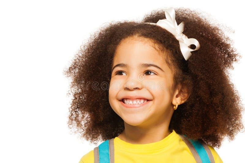 Vrolijk Afrikaans meisje die witte boog in haar dragen stock foto