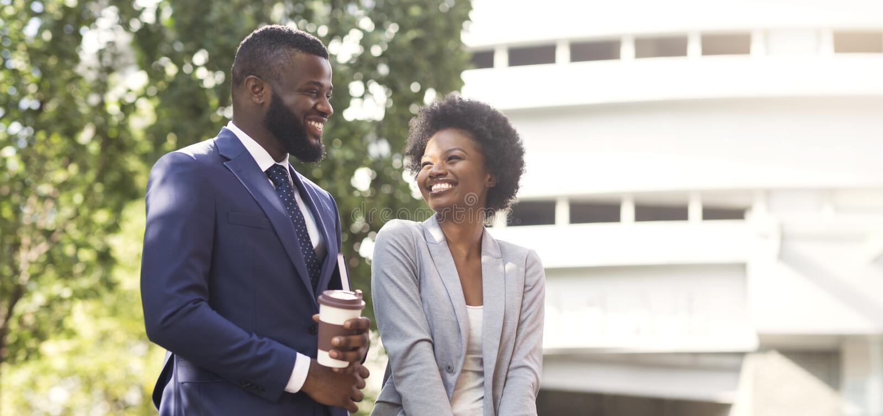 Vrolijk Afrikaans paar van beroeps die van koffiepauze samen genieten stock fotografie