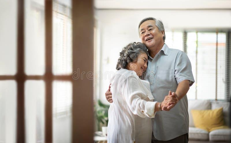 Vrolijk Aziatisch Hoger en paar die dansen glimlachen royalty-vrije stock afbeeldingen