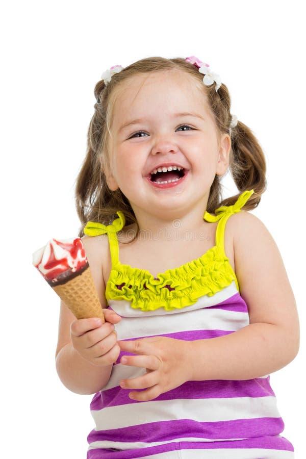 Vrolijk babymeisje die geïsoleerd roomijs eten royalty-vrije stock afbeelding