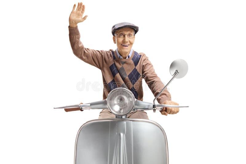Vrolijk bejaard personenvervoer een het uitstekende autoped en golven stock afbeeldingen