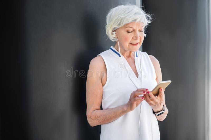 Vrolijk bejaarde die door cellphone buiten communiceren stock afbeeldingen