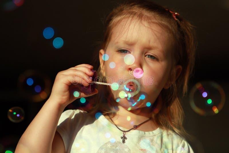 Vrolijk blaast zeepbels op royalty-vrije stock foto