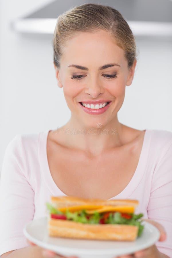Vrolijk blonde met sandwich royalty-vrije stock foto