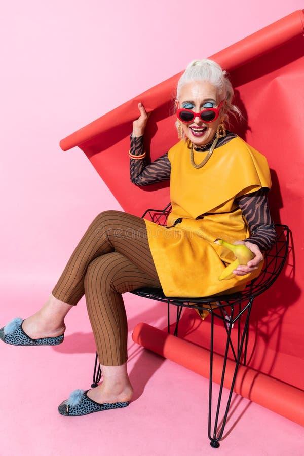 Vrolijk blonde model het voelen geluk tijdens het schieten royalty-vrije stock afbeeldingen