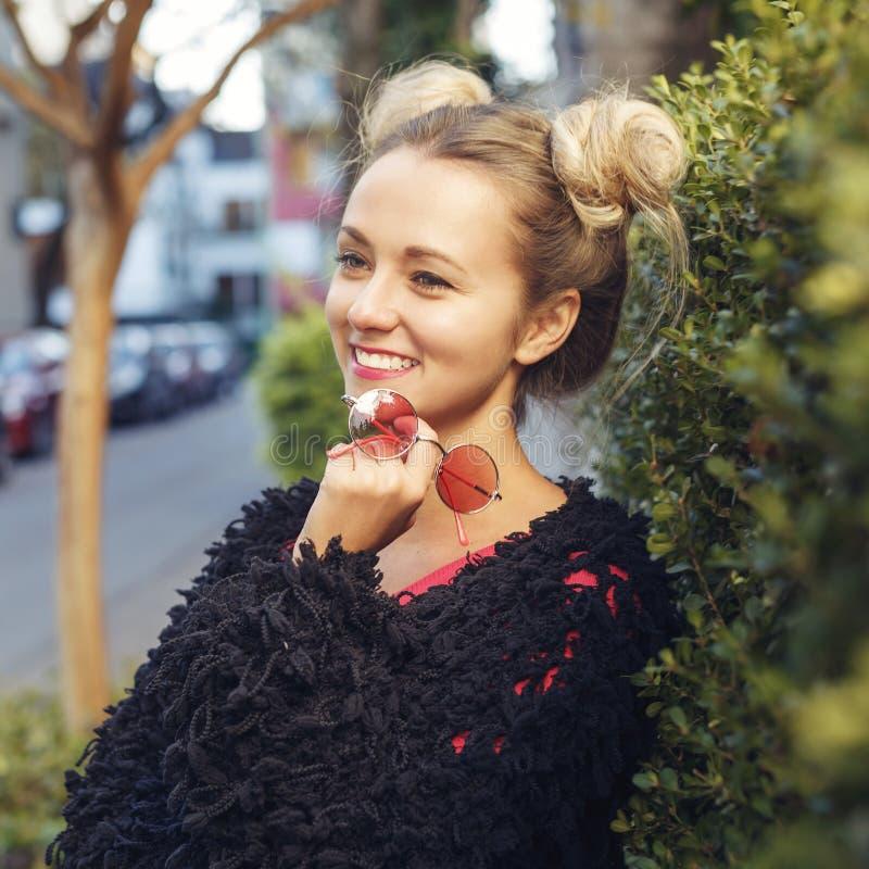 Vrolijk blondemeisje in in kleren stock afbeelding