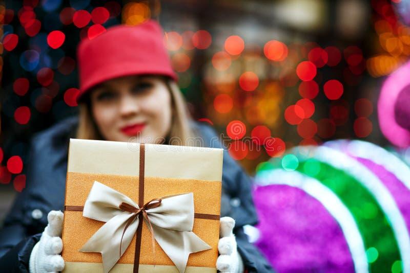 Vrolijk blondemodel met rode lippenstift die in GLB en greep dragen royalty-vrije stock afbeelding