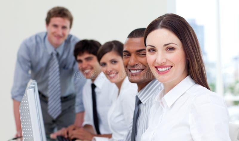 Vrolijk commercieel team dat bij computer werkt stock foto's
