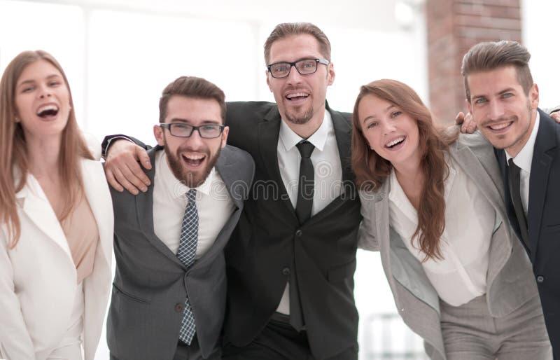 Vrolijk commercieel team die zich in het bureau bevinden royalty-vrije stock foto