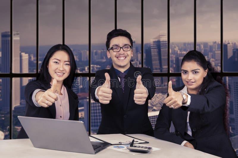 Vrolijk commercieel team met O.K. teken stock afbeelding