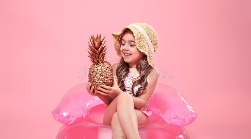 Vrolijk de zomermeisje met ananas op gekleurde achtergrond stock fotografie