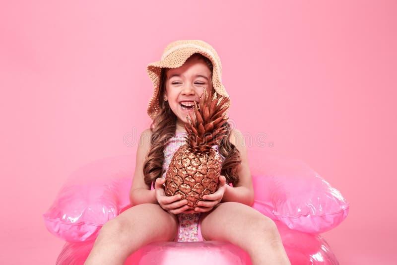 Vrolijk de zomermeisje met ananas op gekleurde achtergrond stock afbeelding