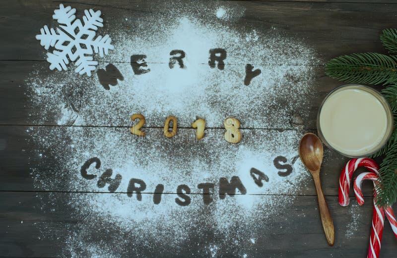 Vrolijk die Kerstmiswoord met koekjesbrieven wordt geschreven op houten tabl royalty-vrije stock afbeeldingen