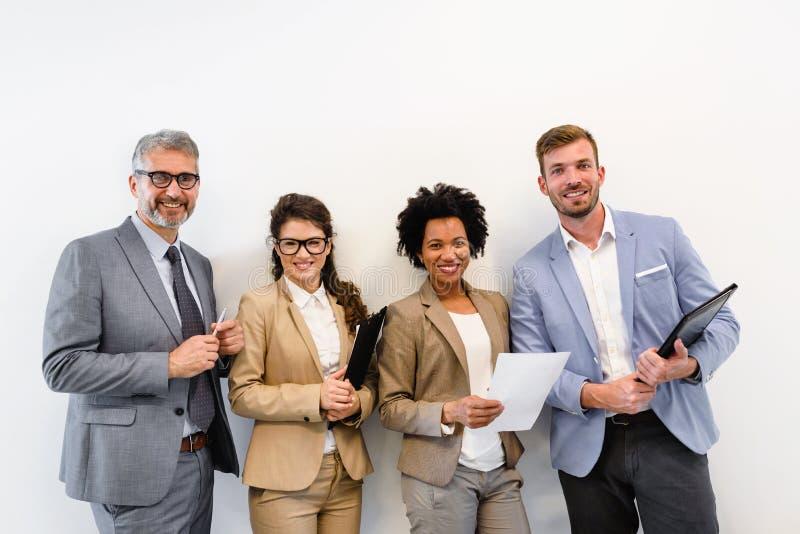 Vrolijk divers commercieel team die het werk bespreken royalty-vrije stock foto's