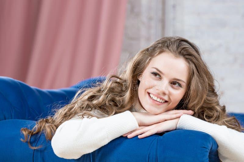 Vrolijk dromerig meisje in een warme sweater royalty-vrije stock afbeelding