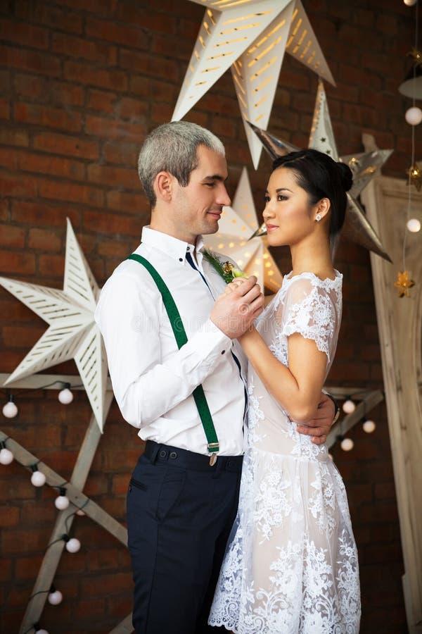 Vrolijk echtpaar die dichtbij de bakstenen muur dansen royalty-vrije stock foto
