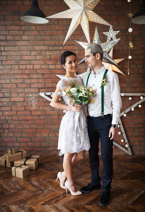 Vrolijk echtpaar die dichtbij de bakstenen muur dansen royalty-vrije stock afbeelding