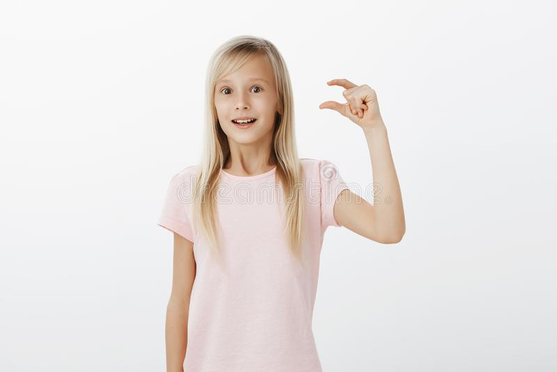 Vrolijk en opgewekt meisjesgevoel, delend indrukken na het bezoeken van dierentuin Leuke blonde dochter in roze t-shirt, het ophe stock fotografie