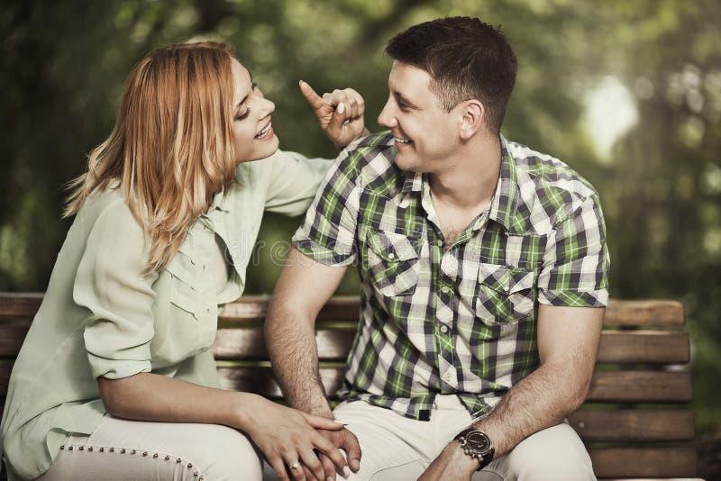 Vrolijk en paar die in openlucht spreken glimlachen stock fotografie